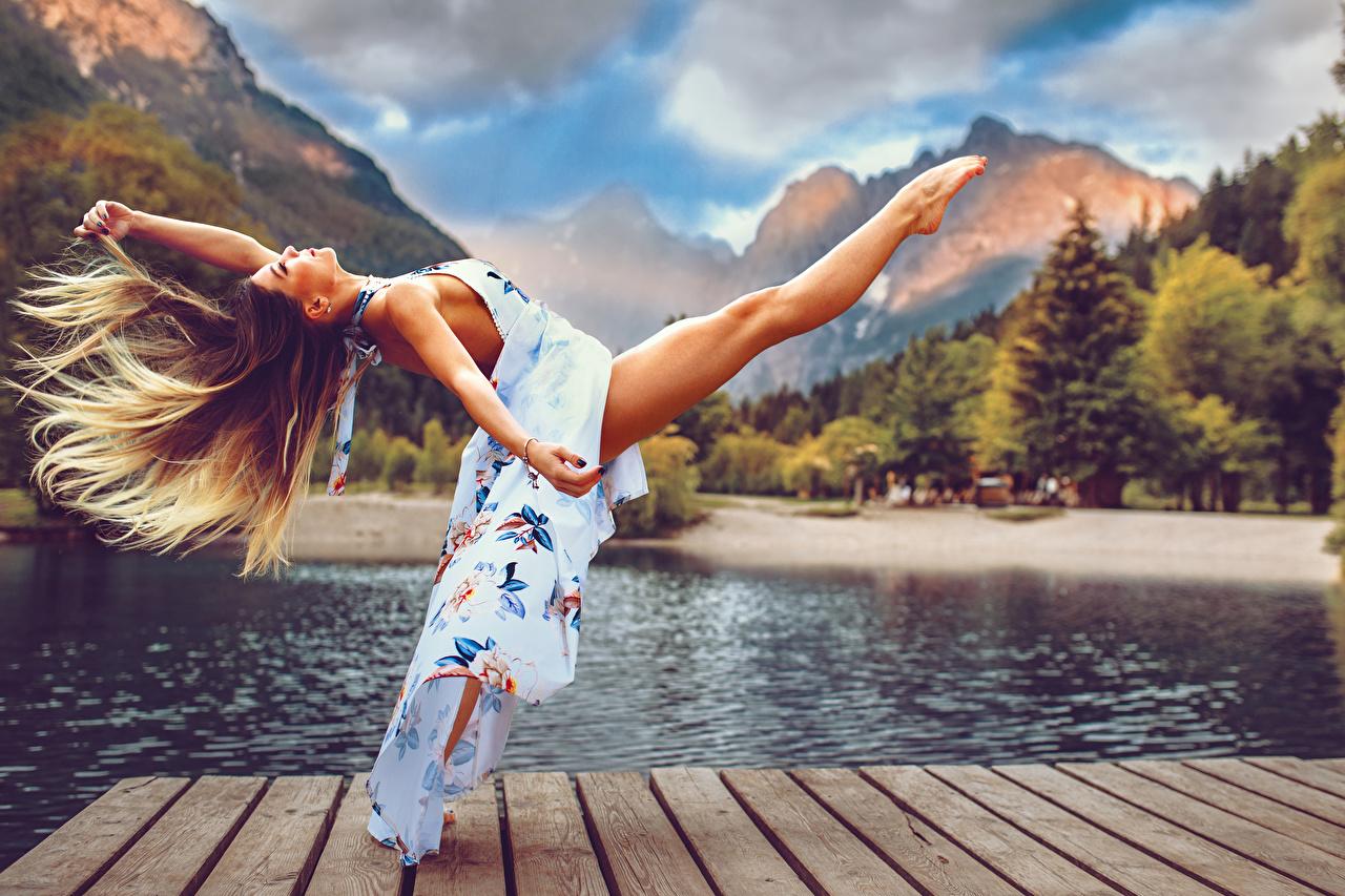 Обои для рабочего стола волос девушка Ноги Руки Платье Волосы Девушки молодая женщина молодые женщины ног рука платья