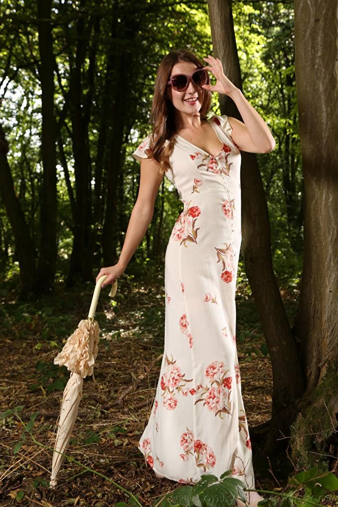 Фото Scarlot Rose Шатенка улыбается молодая женщина очках зонтик Платье  для мобильного телефона шатенки Улыбка девушка Девушки молодые женщины Зонт Очки очков зонтом платья