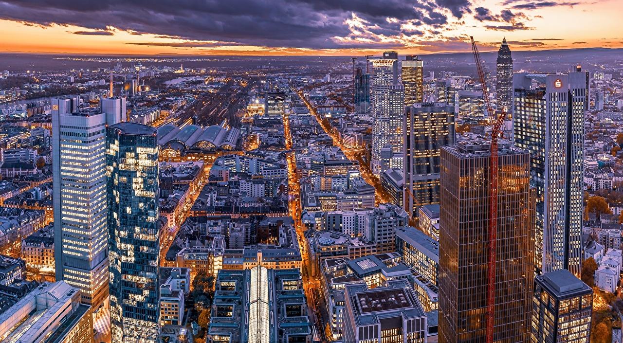 Картинки Франкфурт-на-Майне Германия мегаполиса Вечер Сверху Небоскребы город Здания Мегаполис Дома Города