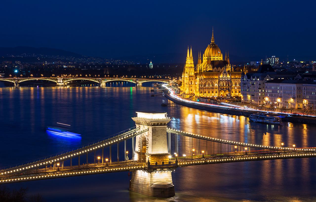 Обои для рабочего стола Будапешт Венгрия мост река Ночь Гирлянда Уличные фонари город Здания Мосты Реки речка ночью в ночи Ночные Электрическая гирлянда Дома Города