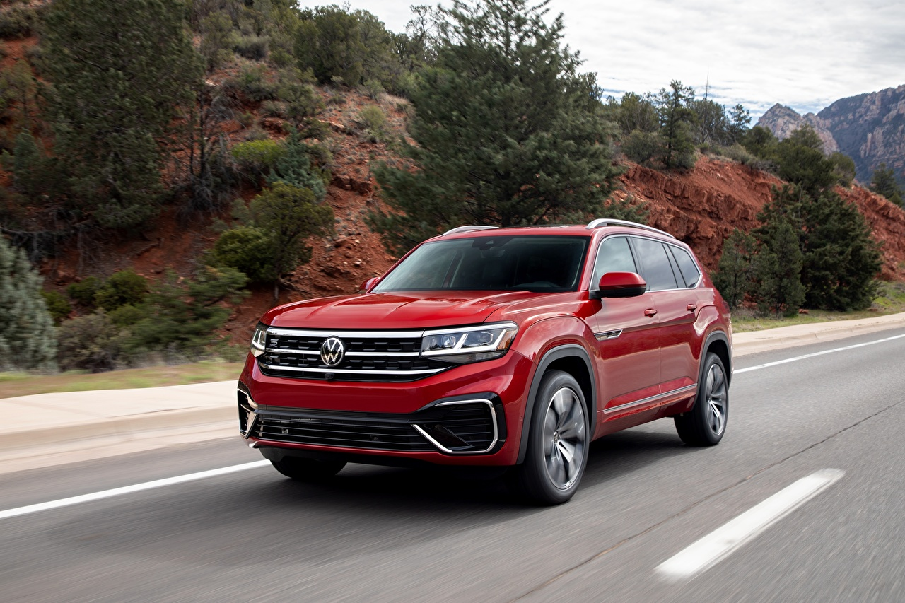 Картинки Volkswagen Кроссовер Atlas, 2020 Красный Движение машины Металлик Фольксваген CUV красная красные красных едет едущий едущая скорость авто машина Автомобили автомобиль