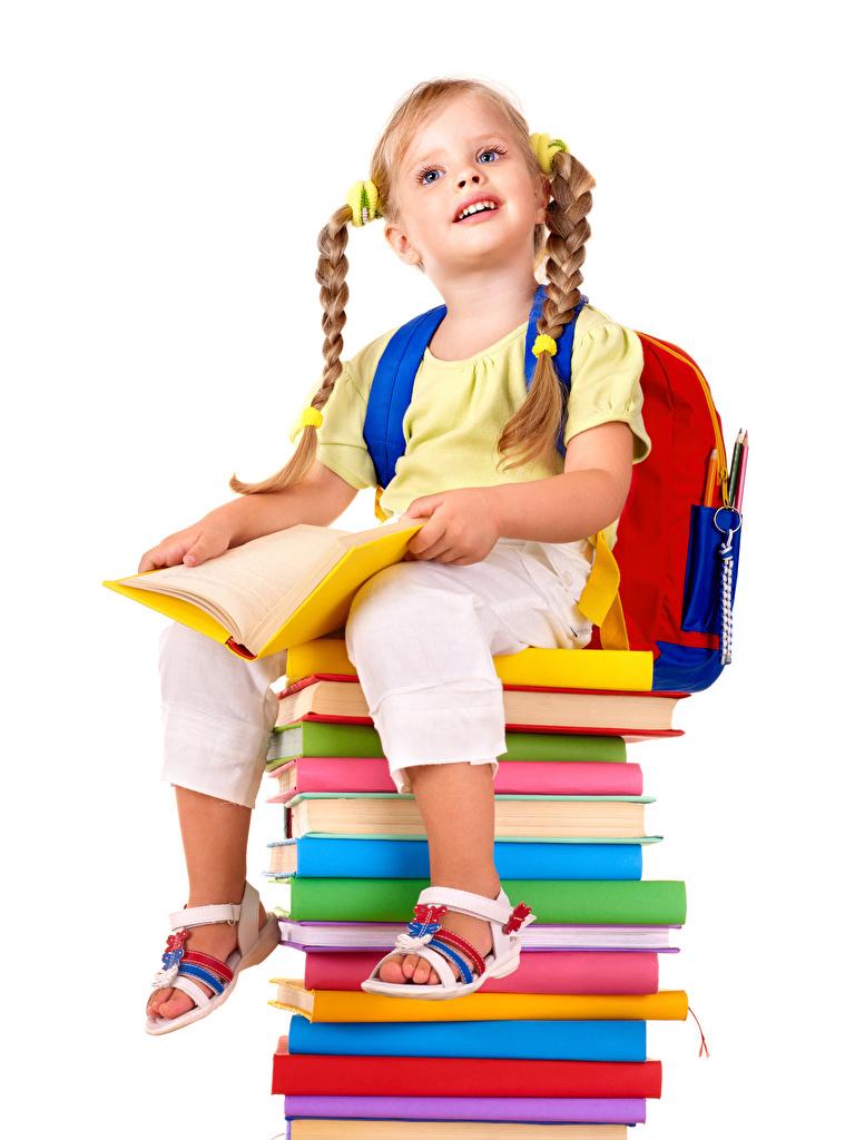 Обои для рабочего стола Девочки школьные Коса Дети книги сидящие Белый фон  для мобильного телефона девочка Школа косы косички ребёнок сидя Сидит Книга белом фоне белым фоном
