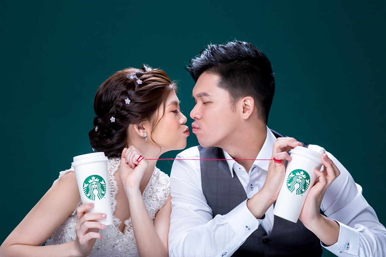 Картинка Шатенка Мужчины любовники starbucks целование Двое Девушки азиатки Цветной фон шатенки Влюбленные пары целует Поцелуй поцелуи целоваться 2 два две вдвоем девушка молодые женщины молодая женщина Азиаты