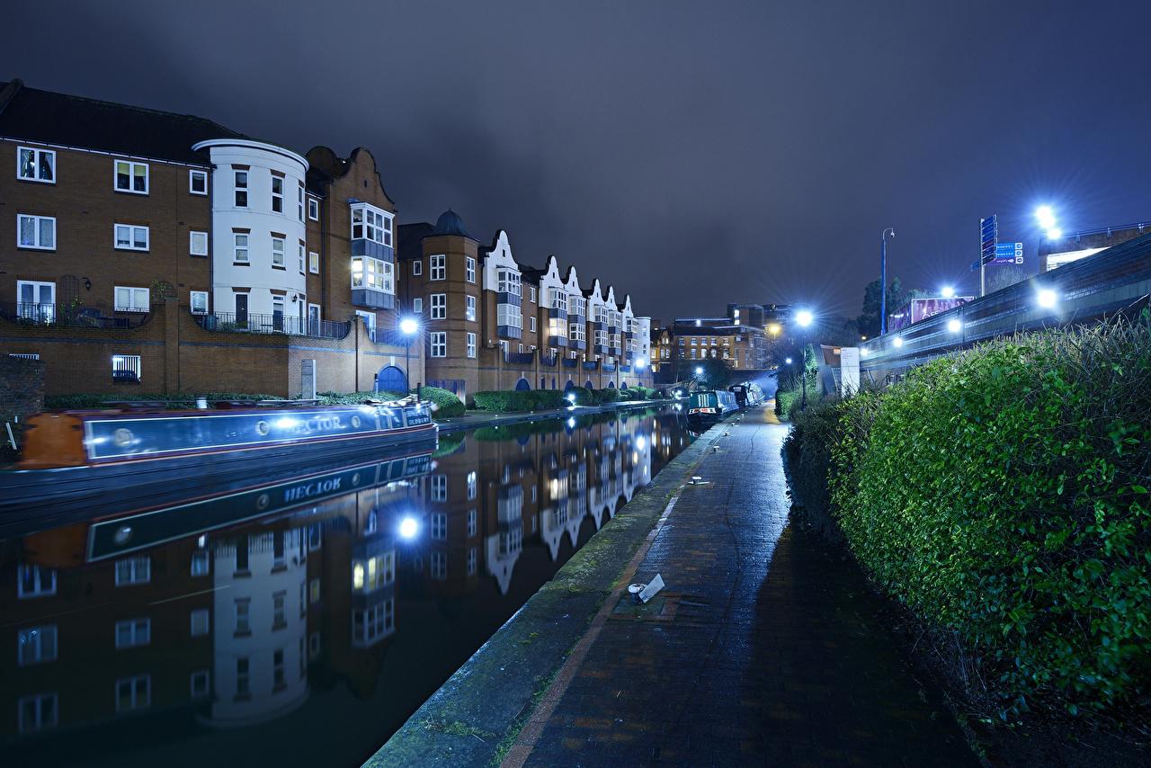 Обои Англия Великобритания Birmingham Водный канал речка Ночные Пристань Уличные фонари Дома Кусты Города Реки Ночь Пирсы Причалы Здания