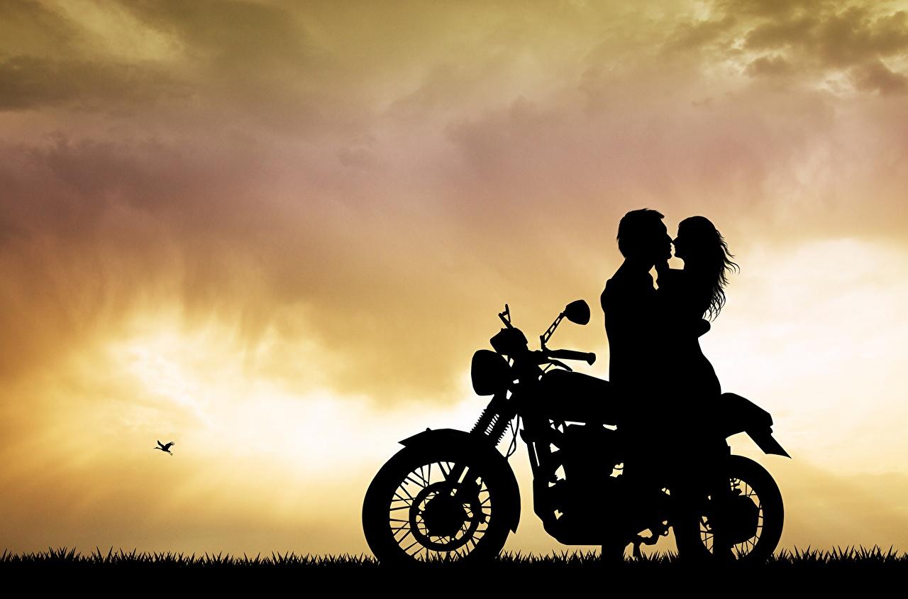 Фотография Мужчины любовники Силуэт Любовь мотоцикл обнимаются молодые женщины Влюбленные пары силуэты силуэта девушка Объятие Девушки обнимает Мотоциклы молодая женщина