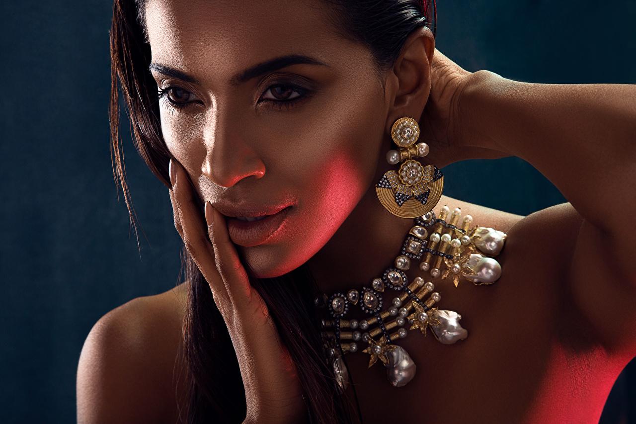 Фотография Индийские Лицо Девушки Губы Руки Серьги Пальцы Взгляд Украшения смотрит