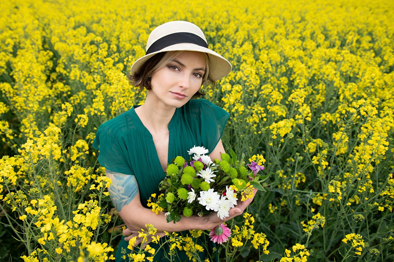 Фотографии Alena букет Рапс шляпе Природа молодая женщина Поля смотрит платья Букеты шляпы Шляпа девушка Девушки молодые женщины Взгляд смотрят Платье