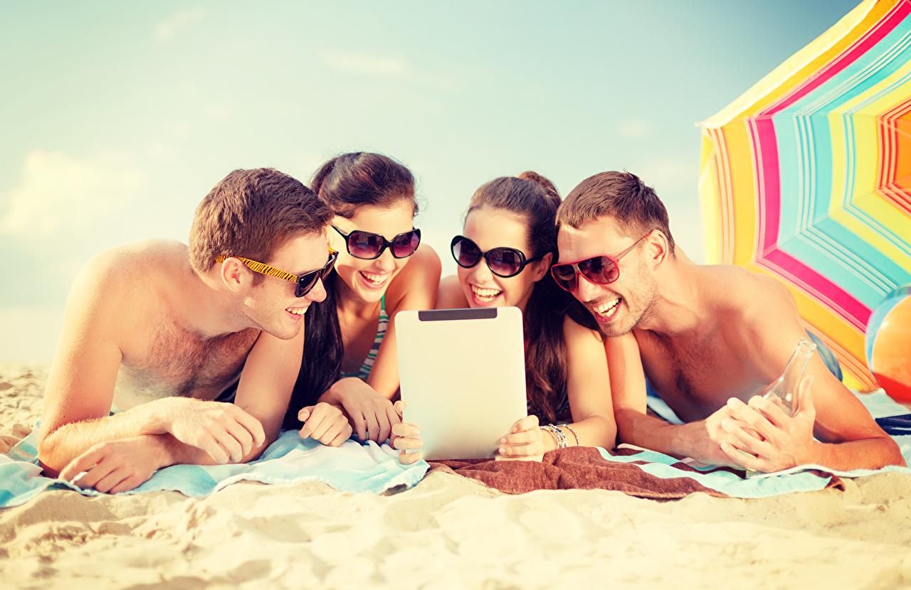 Фотографии мужчина Влюбленные пары Пляж Лето молодая женщина песке Очки Мужчины любовники пляжа пляже пляжи девушка Девушки молодые женщины песка Песок очков очках
