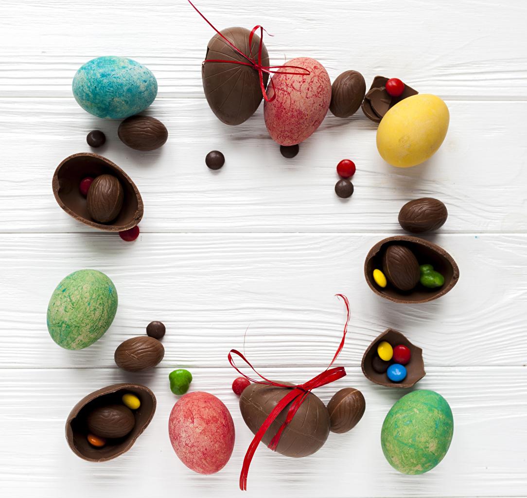 Картинка Пасха Яйца Шоколад Конфеты Еда Сладости Доски Пища Продукты питания