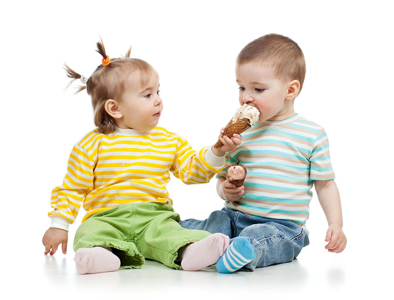 Обои Девочки мальчик ребёнок 2 Мороженое девочка Мальчики мальчишки мальчишка Дети две два Двое вдвоем