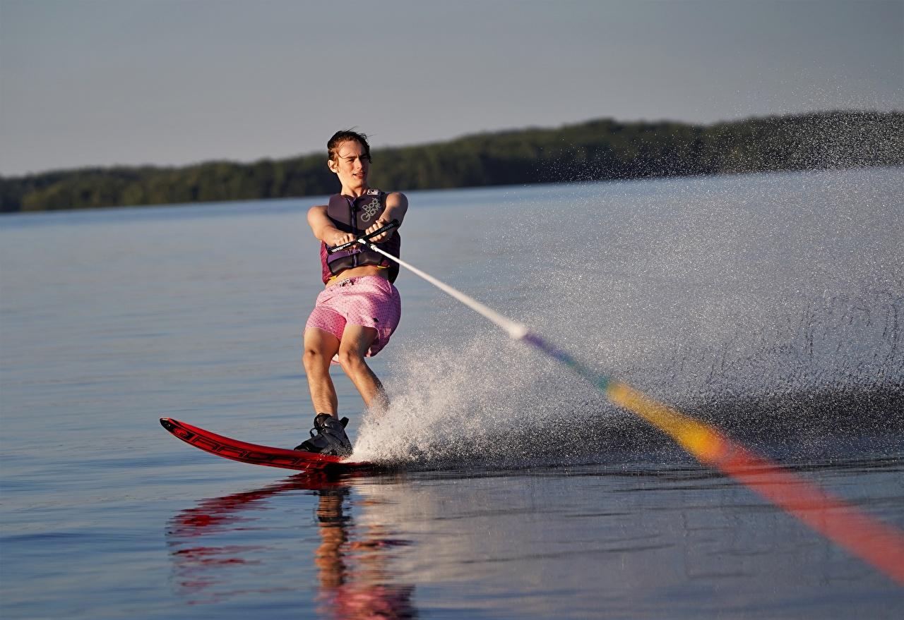 Фотографии мужчина water skiing с брызгами Мужчины Брызги