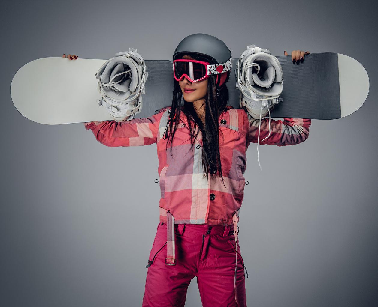 Картинка шатенки Шлем девушка Сноуборд спортивные Очки Серый фон Шатенка шлема в шлеме Спорт Девушки спортивная спортивный молодая женщина молодые женщины очков очках сером фоне