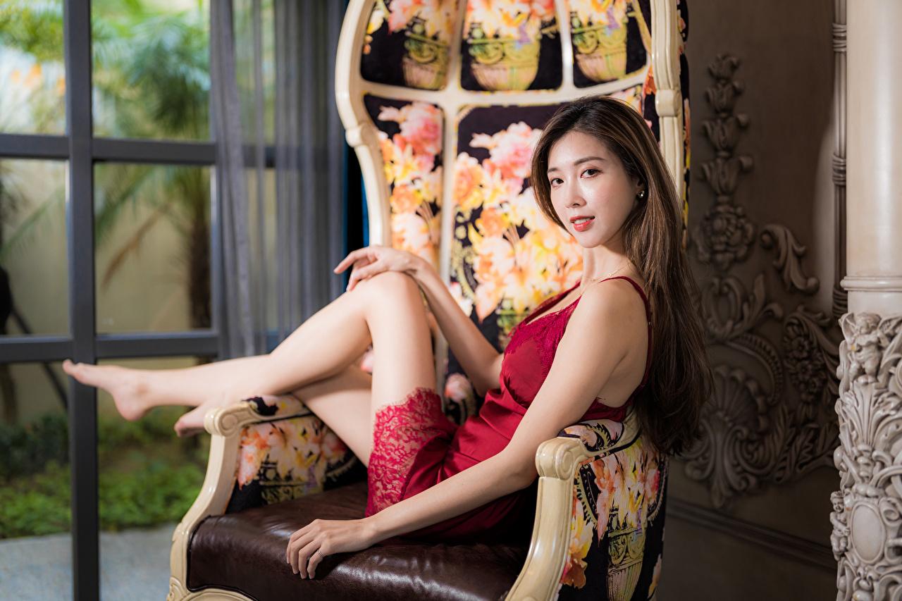 Картинка боке Девушки Азиаты Кресло Взгляд платья Размытый фон девушка молодая женщина молодые женщины азиатки азиатка смотрит смотрят Платье