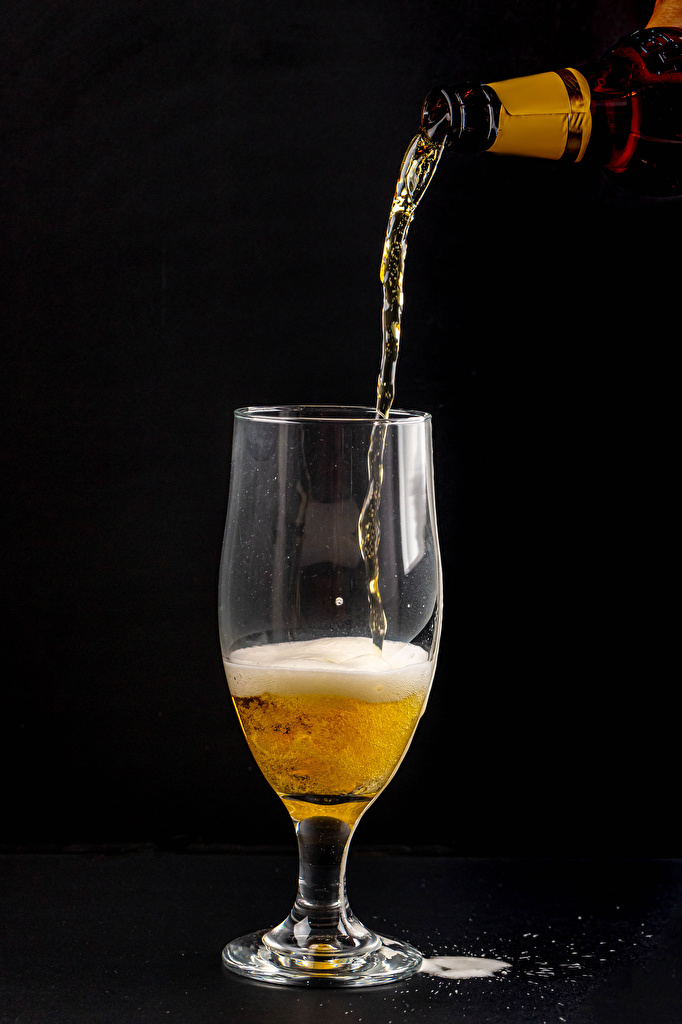 Фотографии Пиво пене бокал Продукты питания Черный фон  для мобильного телефона Еда Пена Пища пеной Бокалы на черном фоне
