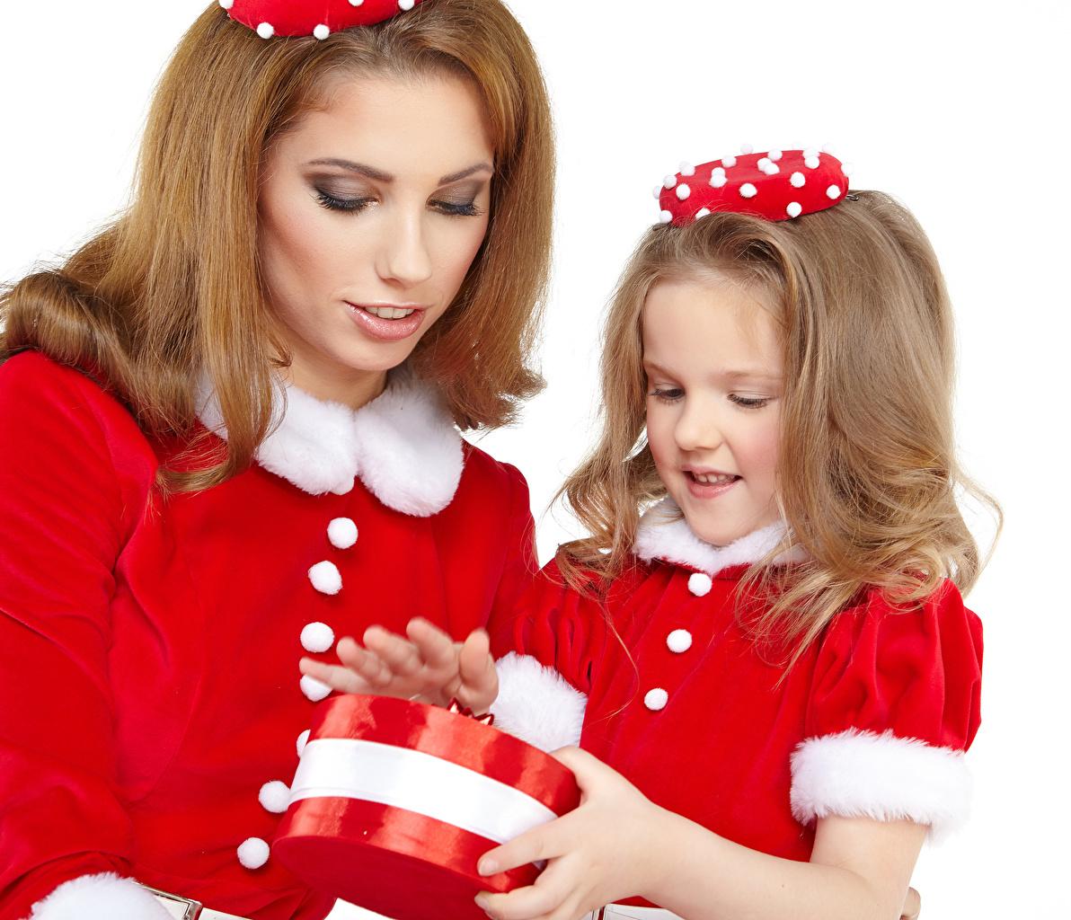 Картинки Девочки Шатенка Новый год Мама Ребёнок вдвоем Девушки Подарки Белый фон Рождество Мать Дети 2 Двое