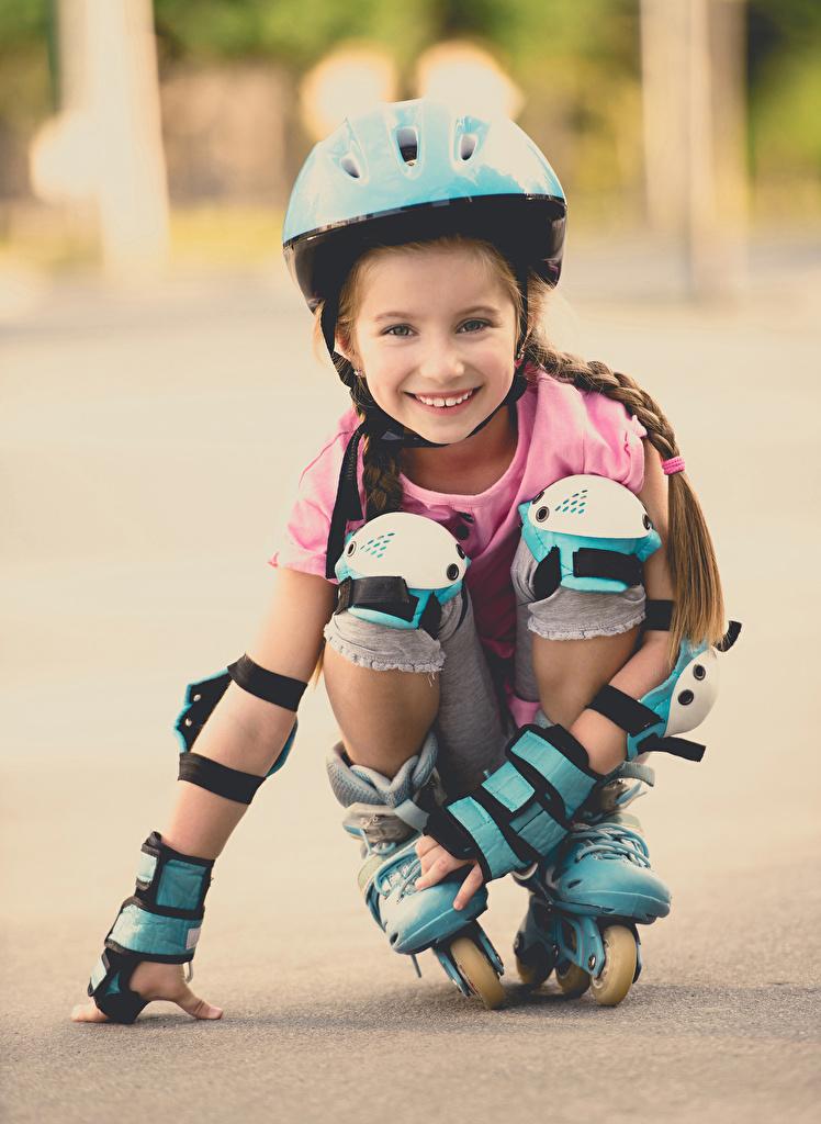 Фотографии Девочки Шлем улыбается Ребёнок роликами смотрят девочка шлема в шлеме Улыбка Дети Ролики роликах Роликовые коньки Взгляд смотрит