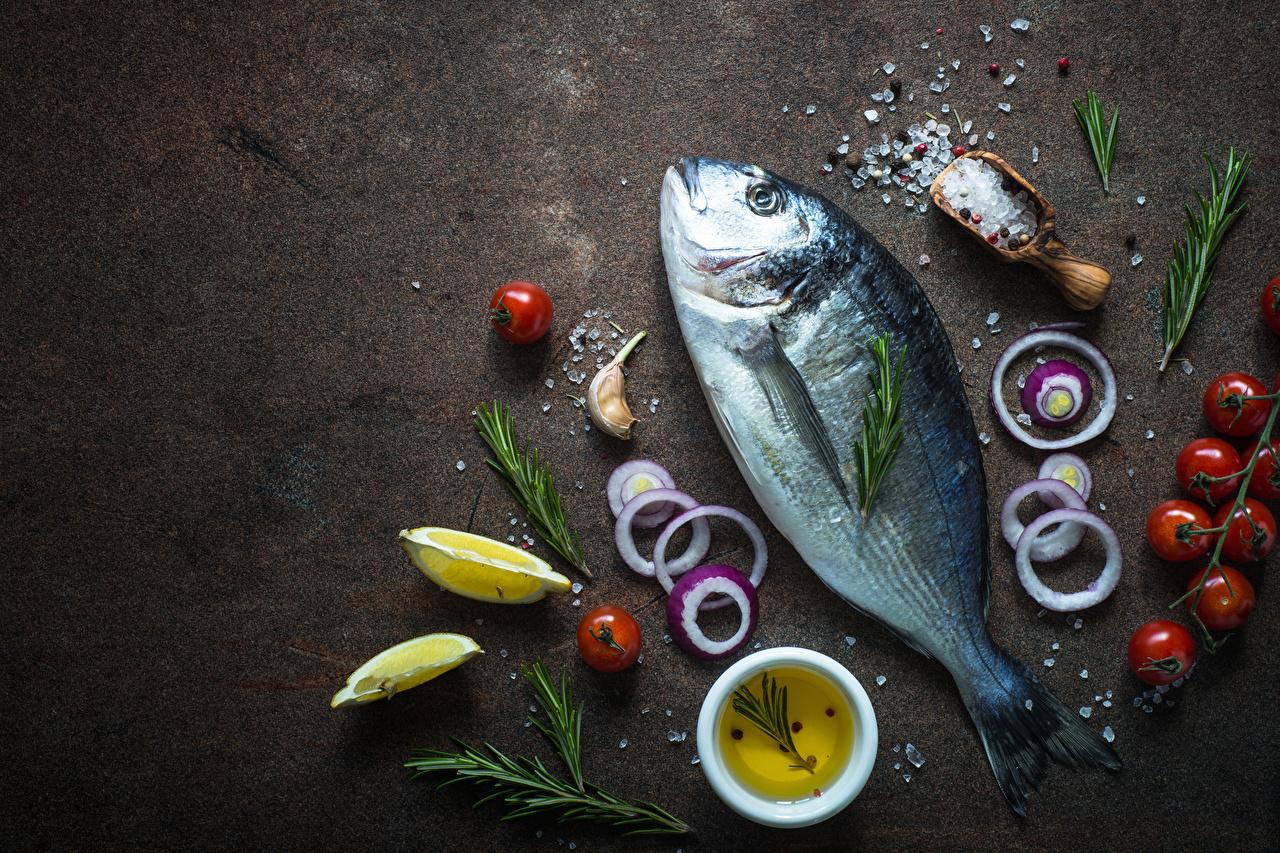 Обои для рабочего стола Помидоры Лук репчатый Рыба Соль Лимоны Продукты питания Томаты соли солью Еда Пища