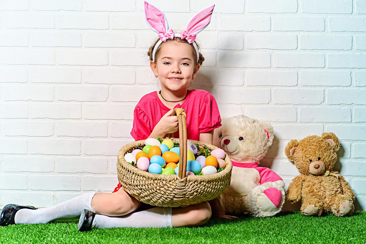 Фотографии Пасха Девочки Кролики Улыбка Яйца Дети Мишки Корзинка Праздники