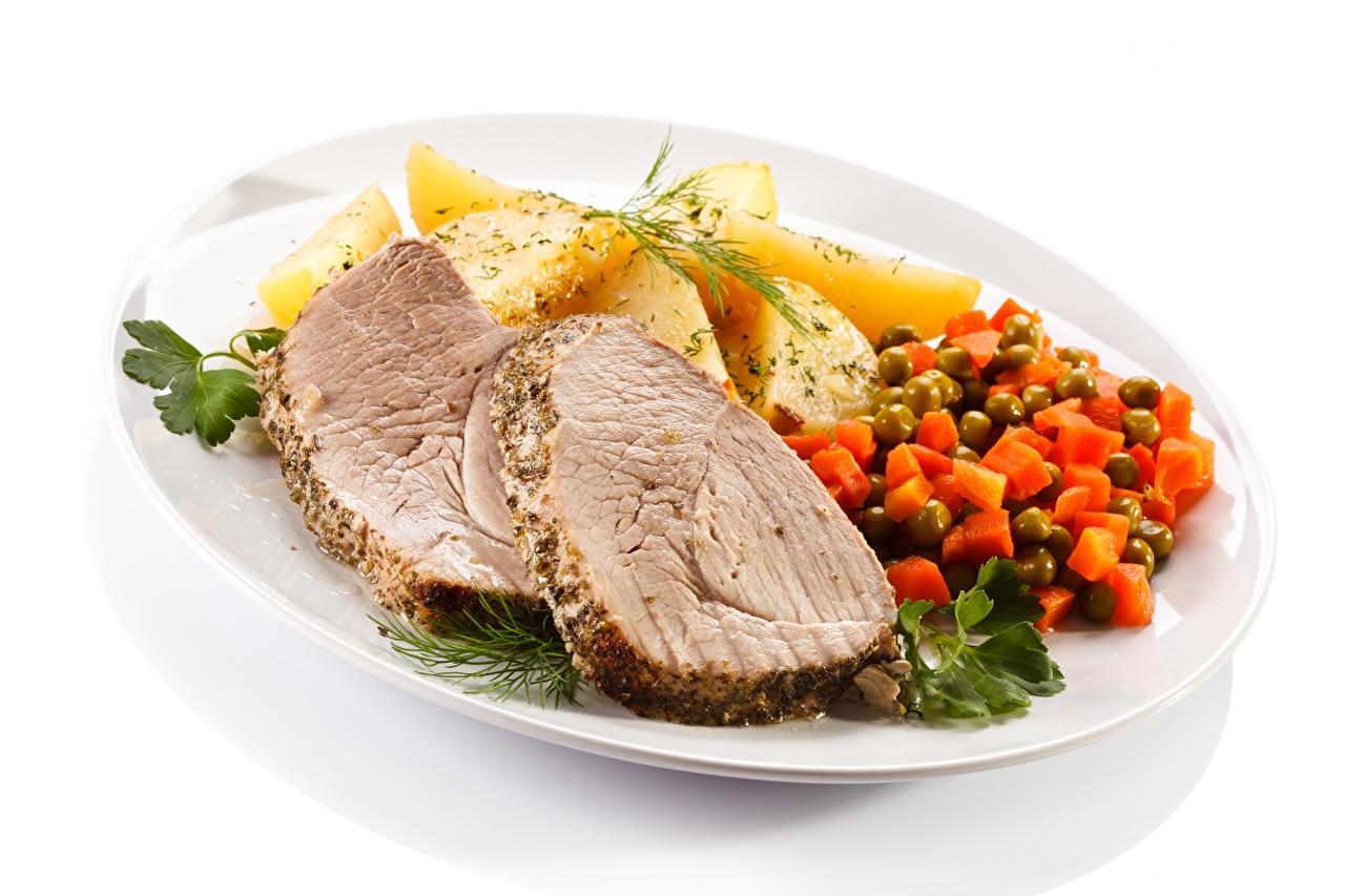 Фото Картофель Еда Овощи Тарелка белым фоном Мясные продукты Вторые блюда картошка Пища тарелке Продукты питания Белый фон белом фоне