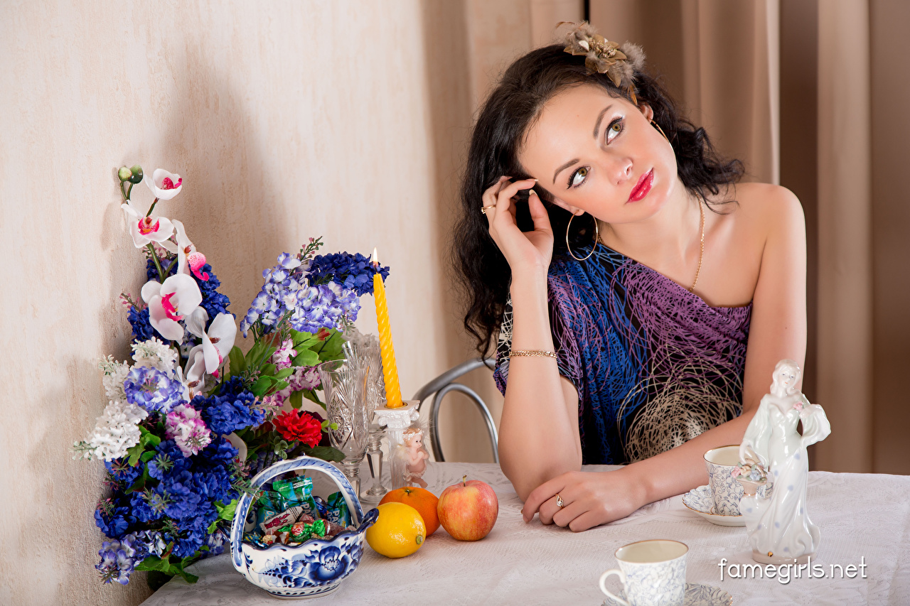 Обои для рабочего стола Katie Famegirls Брюнетка Букеты Конфеты Апельсин молодые женщины Яблоки Лимоны Свечи столы Сидит брюнетки брюнеток букет девушка Девушки молодая женщина Стол сидя стола сидящие