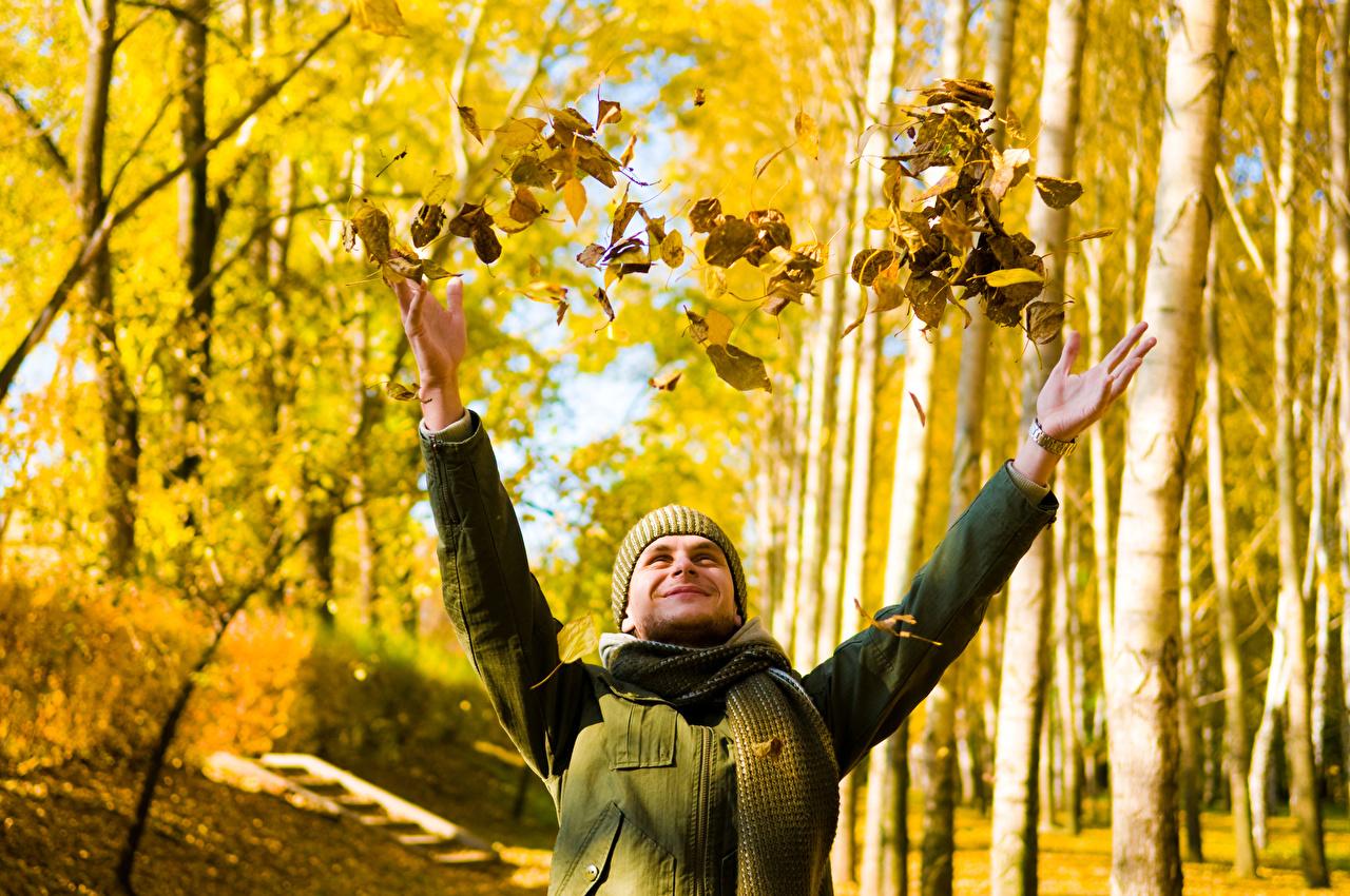 Фотография Листья Шарф мужчина боке Природа осенние Руки лист Листва шарфе шарфом Мужчины Размытый фон Осень рука