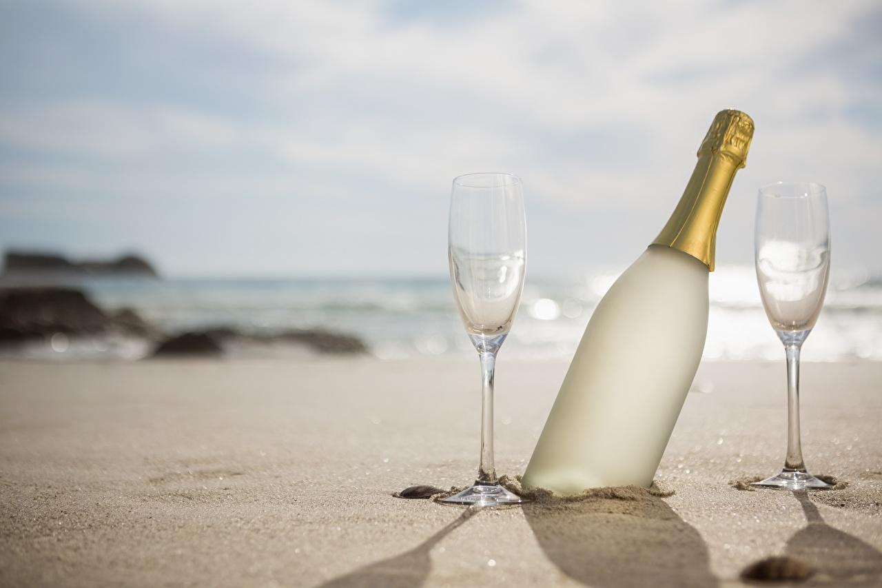 Картинка Природа Игристое вино песке Еда Бокалы Бутылка Шампанское Песок песка Пища бокал бутылки Продукты питания