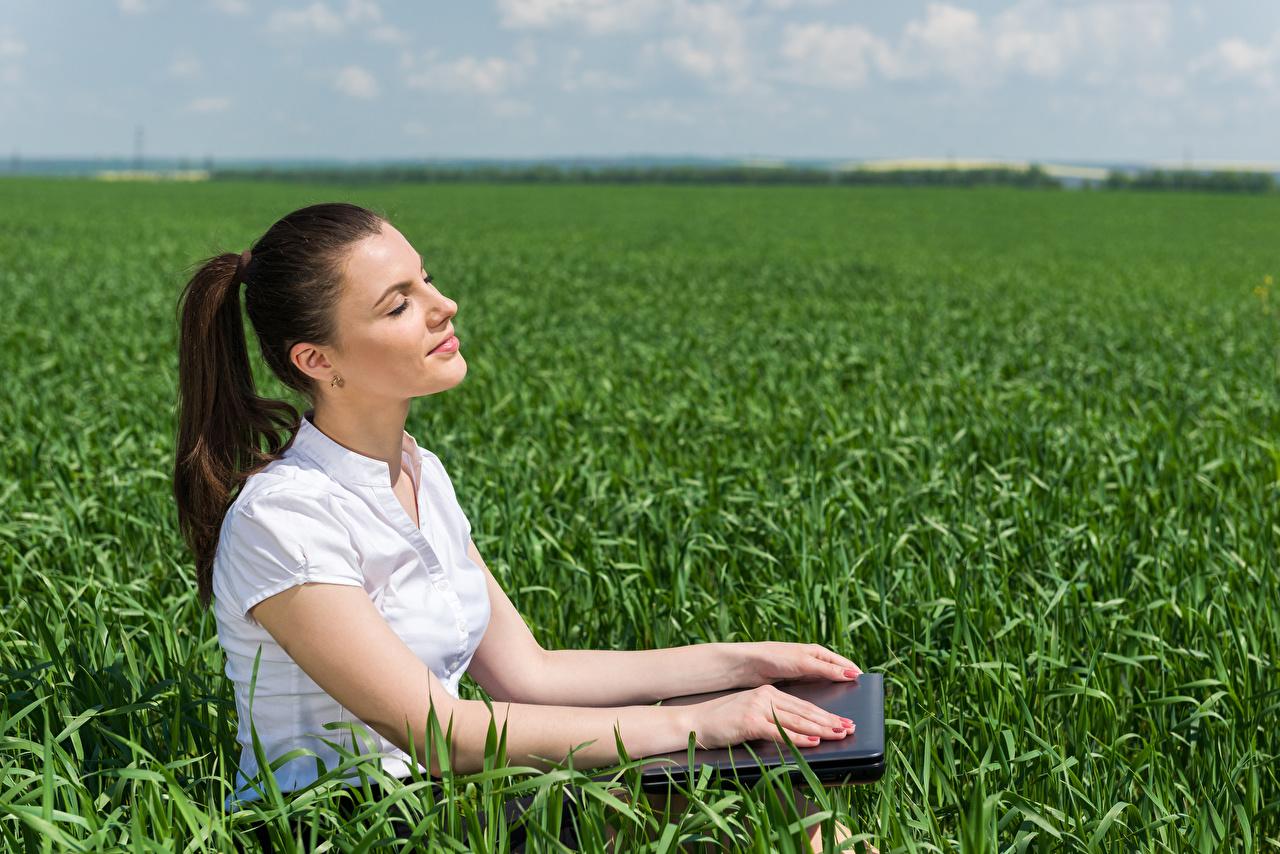 Фотография Шатенка Девушки Поля рука Сидит шатенки Руки сидя сидящие