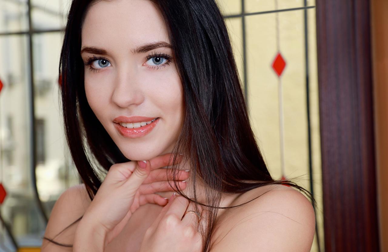 Обои для рабочего стола брюнеток Улыбка милый Девушки Руки Пальцы Взгляд Брюнетка брюнетки улыбается милая Милые Миленькие девушка молодые женщины молодая женщина рука смотрят смотрит