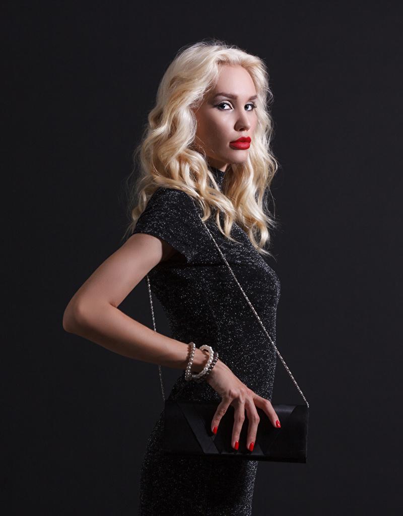 Картинки Блондинка девушка Сумка смотрят платья  для мобильного телефона блондинок блондинки Девушки молодые женщины молодая женщина Взгляд смотрит Платье