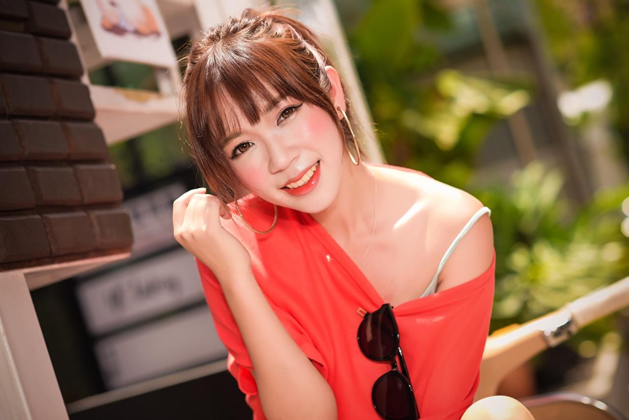 Фото Шатенка улыбается боке молодые женщины азиатки Руки очков смотрит шатенки Улыбка Размытый фон девушка Девушки молодая женщина Азиаты азиатка Очки рука очках Взгляд смотрят