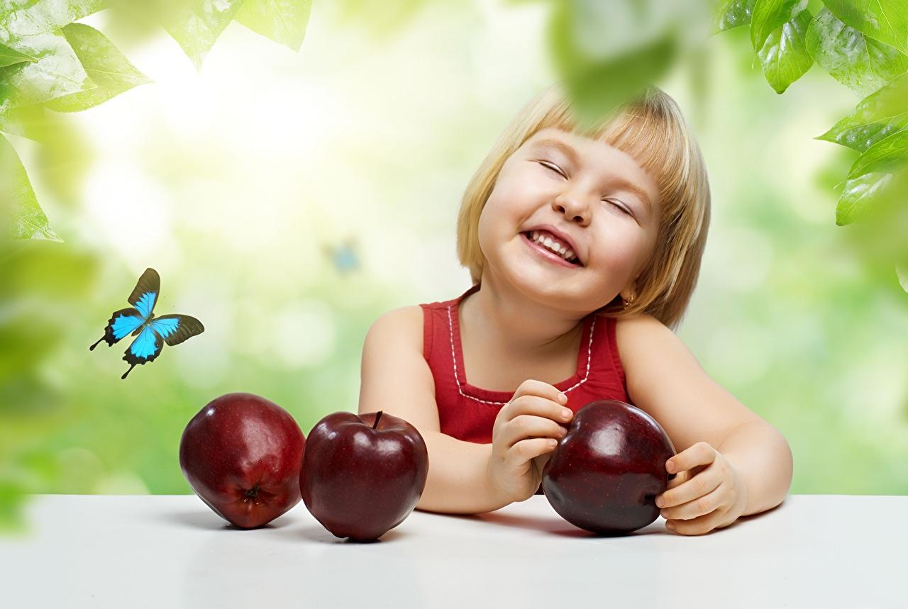 Фото девочка Бабочки Смех Улыбка ребёнок Яблоки Фрукты Девочки бабочка смеются смеется улыбается Дети