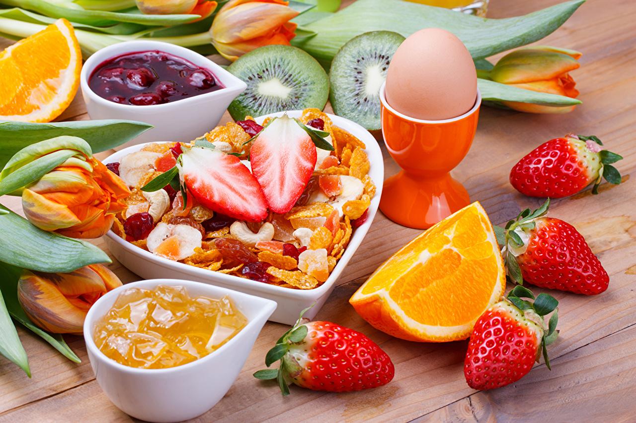 Фото яйцами Варенье Апельсин Киви Клубника Мюсли Продукты питания Натюрморт яиц яйцо Яйца джем Повидло Еда Пища