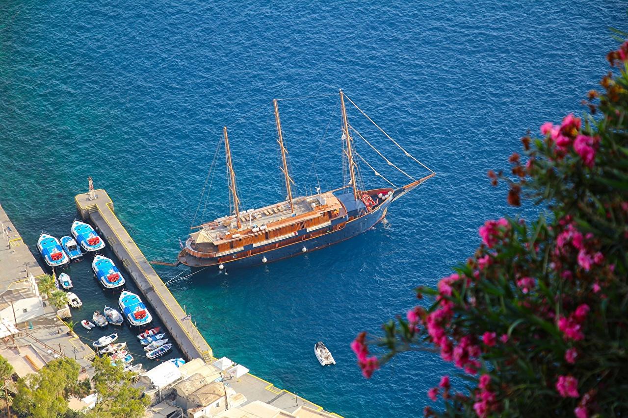 Обои для рабочего стола Санторини Греция Oia Aegean Sea Море Корабли Пирсы Лодки Парусные Города Тира Фира корабль Причалы Пристань город
