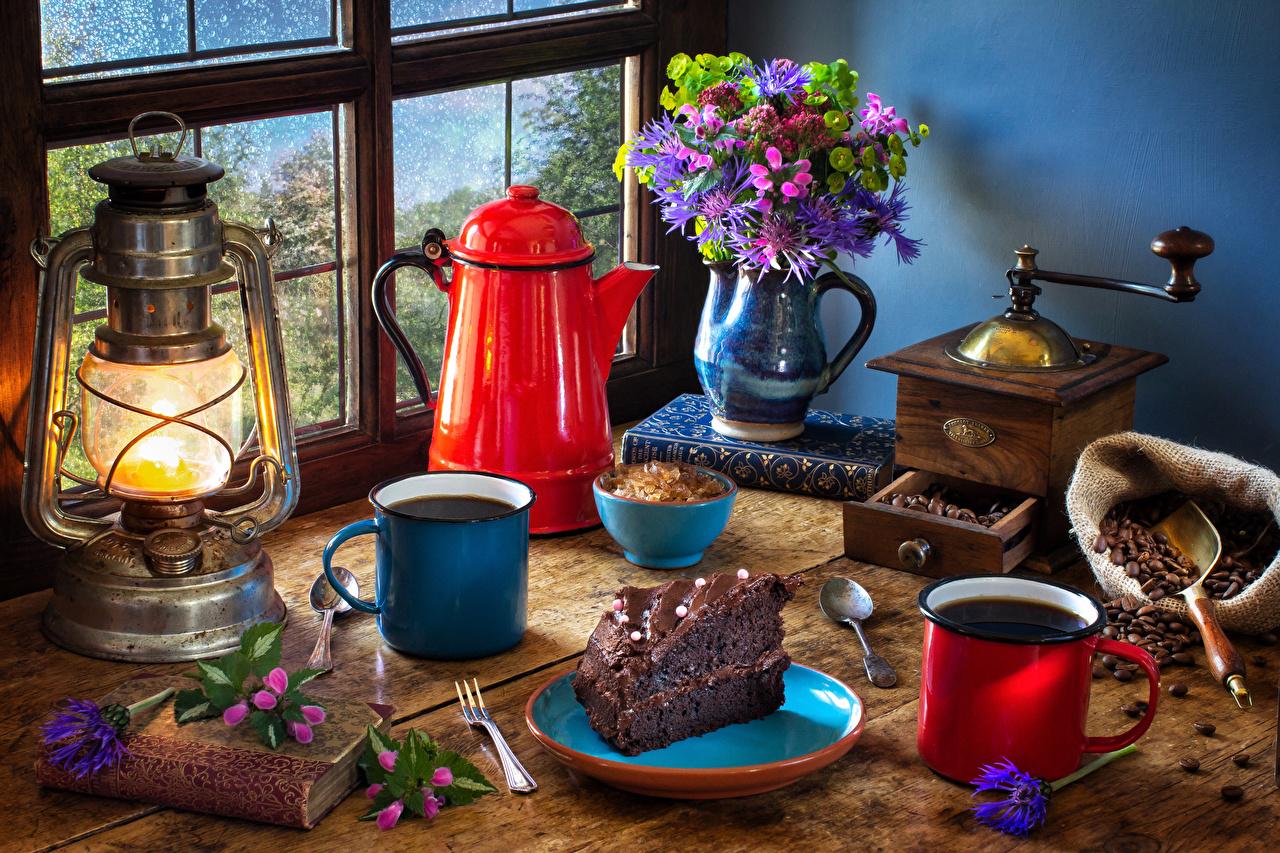 Обои Букеты Кофе Торты Керосиновая лампа Кусок Чайник Ваза Пища Книга Кружка Натюрморт часть Еда Продукты питания