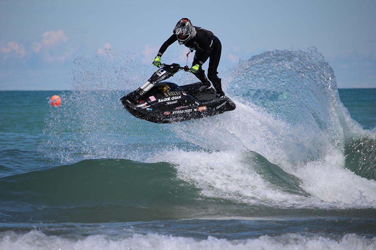 Фотографии Гидроцикл в шлеме спортивные Волны Брызги Водный скутер Шлем шлема Спорт спортивный спортивная с брызгами