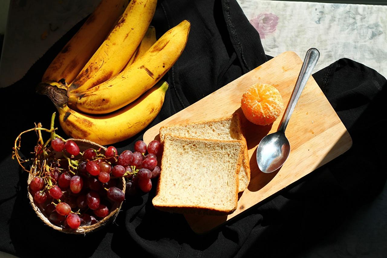 Картинка Мандарины Хлеб Бананы Виноград Пища разделочной доске Еда Продукты питания Разделочная доска