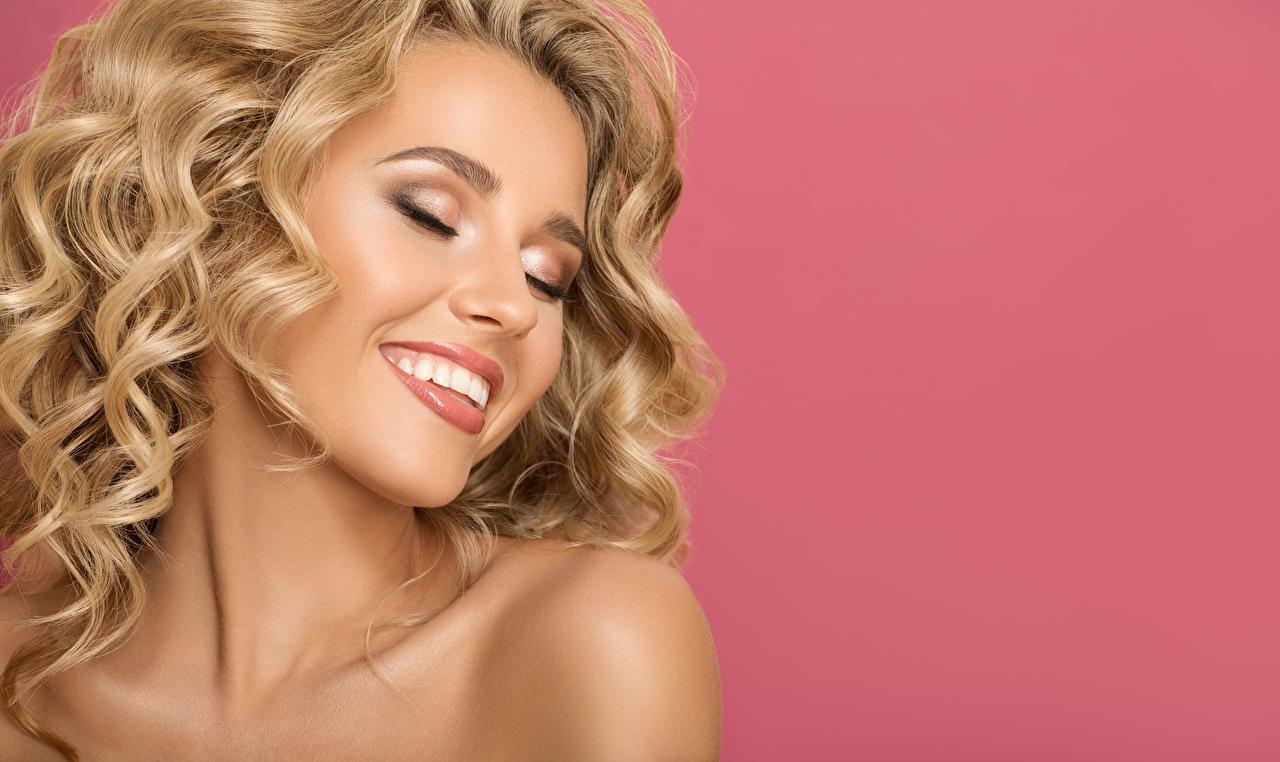 Картинки Блондинка Улыбка Лицо Девушки Цветной фон блондинок блондинки улыбается лица девушка молодые женщины молодая женщина