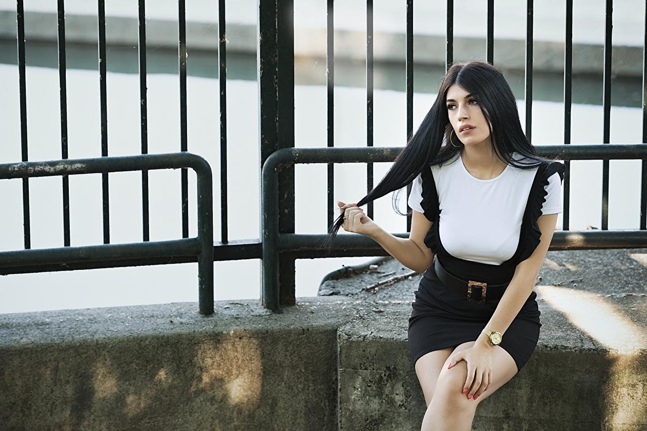 Картинка Брюнетка Martina молодые женщины Руки Сидит смотрит брюнетки брюнеток девушка Девушки молодая женщина рука сидя сидящие Взгляд смотрят