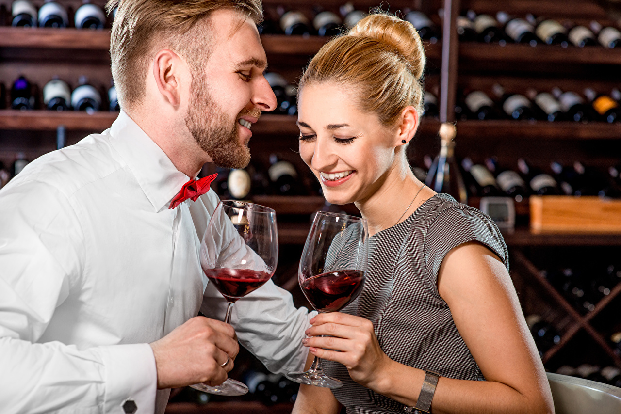 Фотографии Мужчины Смех Улыбка Вино Любовь вдвоем Девушки Бокалы 2 Двое
