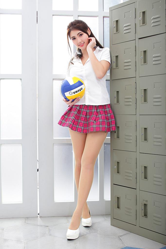 Картинка юбки ученица позирует Блузка девушка Ноги азиатка Мячик смотрят  для мобильного телефона Юбка юбке Школьница Школьницы Поза Девушки молодая женщина молодые женщины ног Азиаты азиатки Мяч Взгляд смотрит