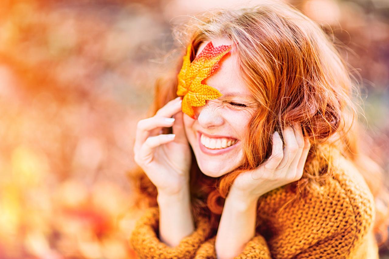 Фотографии лист рыжие счастливые боке Девушки осенние рука Рыжая рыжих Листья Листва счастье Радость радостная радостный счастливый счастливая Размытый фон Осень девушка молодые женщины молодая женщина Руки