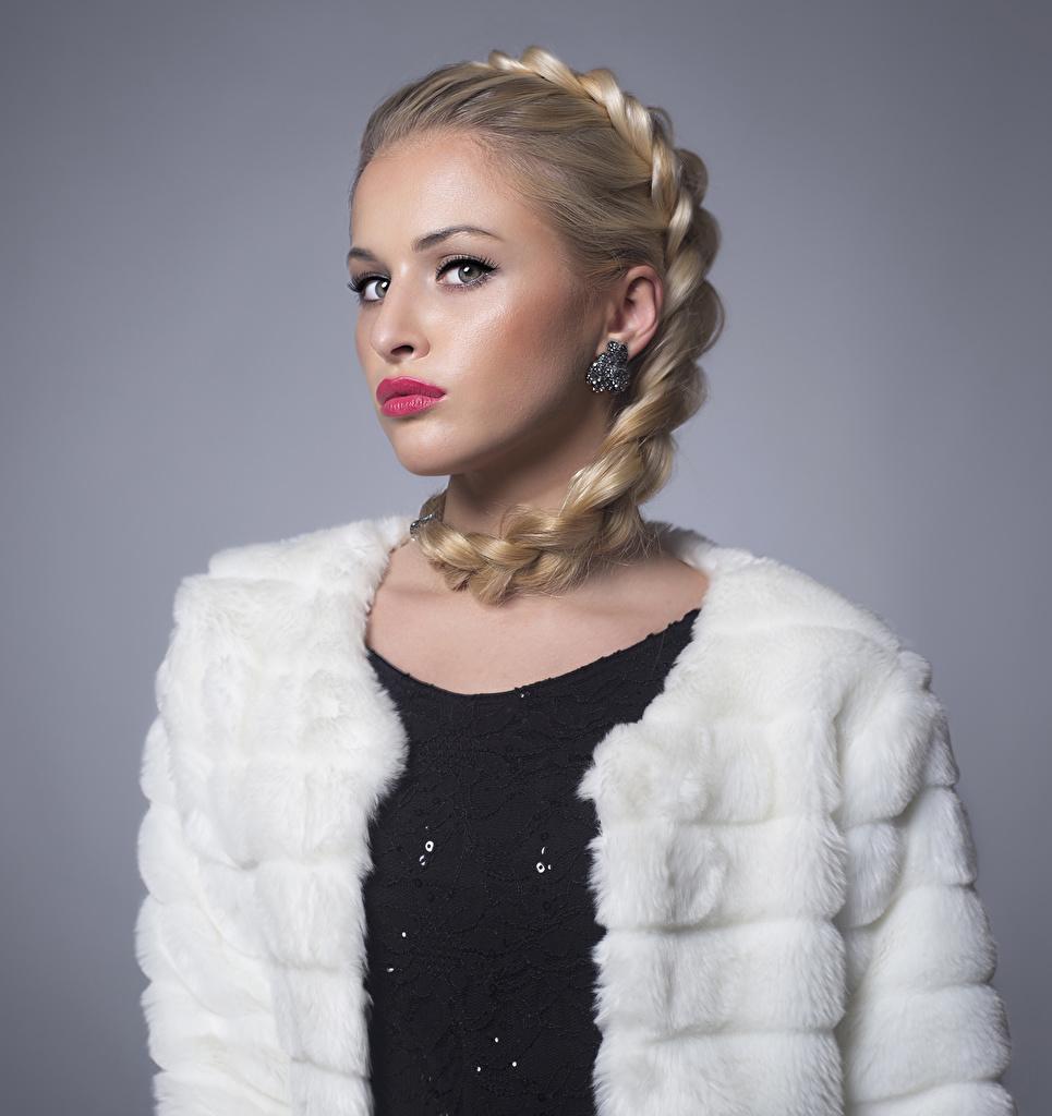 Картинки блондинок Коса молодые женщины серег Взгляд Серый фон красными губами блондинки Блондинка косы косички девушка Девушки молодая женщина Серьги смотрит смотрят сером фоне Красные губы