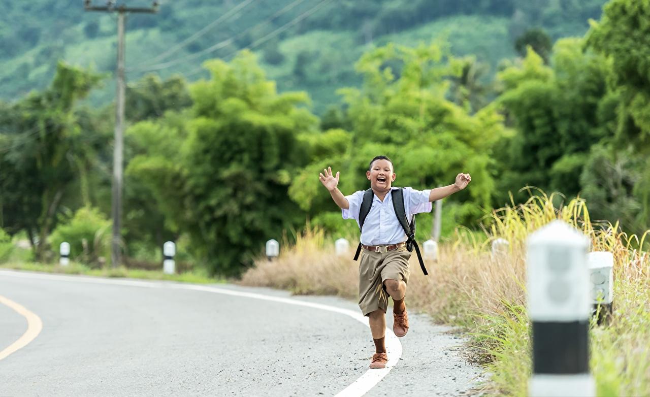 Фотография мальчишка Бег ребёнок Азиаты Дороги шортах мальчик Мальчики мальчишки бежит бегущий бегущая Дети азиатка азиатки шорт Шорты