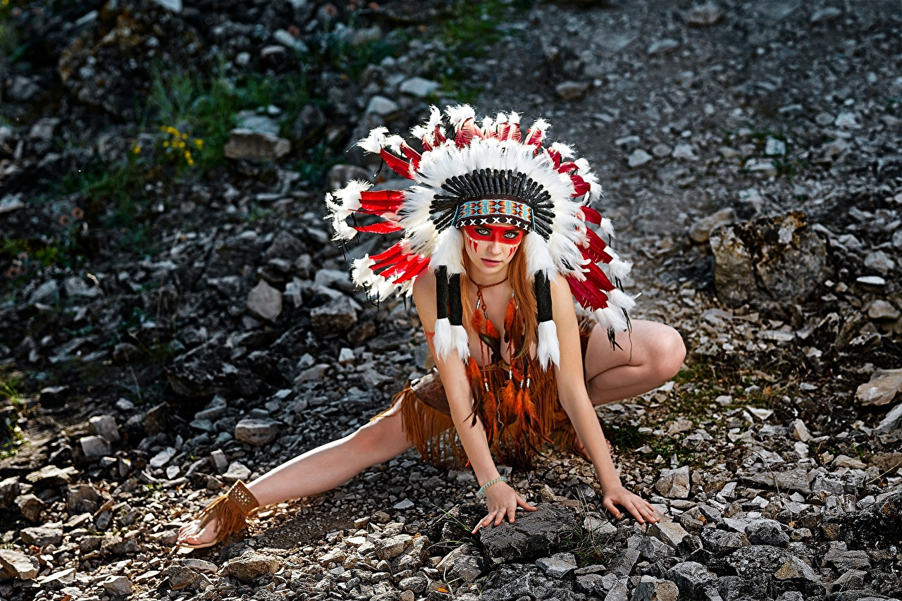 Фотография индеец Alena Tzurcan, Vyacheslav Tzurcan Поза Красивые Индейский головной убор Девушки Руки Камни индейца Индейцы красивый красивая позирует девушка молодые женщины молодая женщина рука Камень Эротика