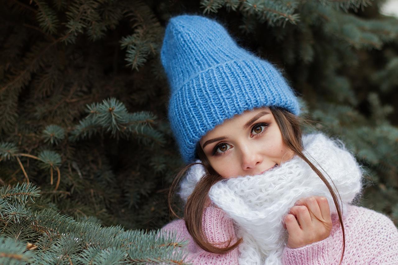 Картинки Шатенка Шарф Красивые Шапки Девушки ветвь Взгляд Ветки смотрит