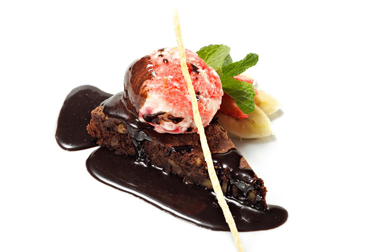 Фото Шоколад Мороженое Еда Шар Пирожное белым фоном сладкая еда Пища Шарики Продукты питания Сладости Белый фон белом фоне