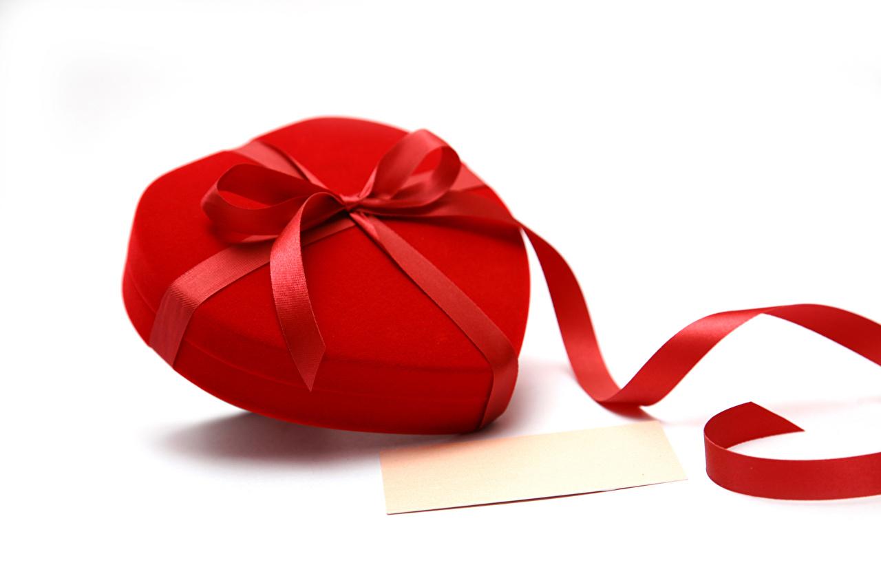 Фотографии День всех влюблённых сердечко Подарки Бантик Шаблон поздравительной открытки Белый фон День святого Валентина Сердце