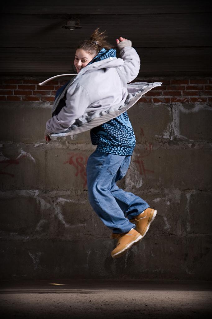 Фото Шатенка танцуют Куртка девушка Прыжок  для мобильного телефона шатенки Танцы танцует куртке куртки куртках Девушки молодая женщина молодые женщины прыгает прыгать в прыжке