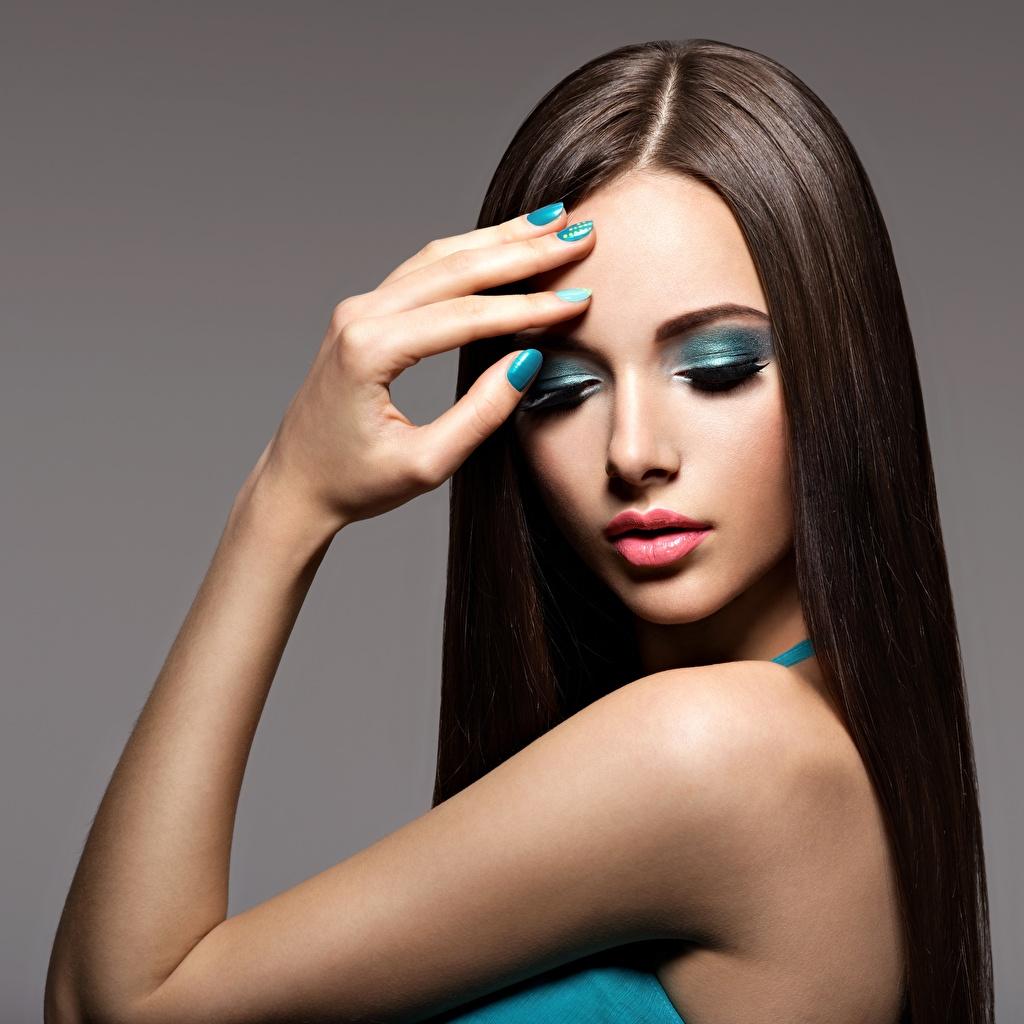 Фото Модель маникюра Макияж красивая волос молодые женщины рука Пальцы Маникюр фотомодель мейкап косметика на лице красивый Красивые Волосы Девушки девушка молодая женщина Руки