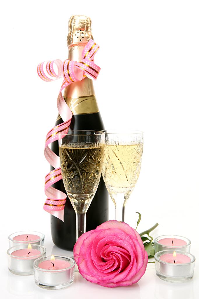 Картинка Розы розовых Игристое вино Еда Свечи Лента Бокалы Бутылка Белый фон Праздники Розовый розовые розовая Шампанское Пища бокал ленточка Продукты питания